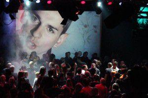 Zahlreiche Fans lassen bei der Depeche Mode-Party die 80-er aufleben.