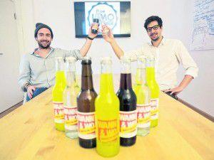 Für WANN & WO etikettierten die Limomacher eine Charge ihrer verschiedenen Limonaden und Biere. Fotos: MiK, handout/Die Limomacher