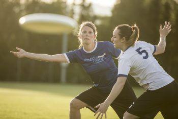"""<p class=""""caption"""">Auch für Ladys ist Ultimate Frisbee ein cooler Sport.</p>"""