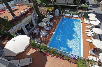 Das Hotel Villa Dei Fiori*** bietet den Gästen einen schönen Pool mit Liegen und Sonnenschirmen. Fotos: handout/Nachbaur Reisen