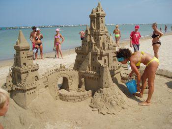 Der herrliche Sandstrand eignet sich perfekt zum Sandburgen bauen.