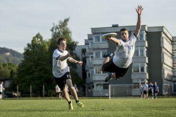 """Nichts für Weicheier: Ultimate Frisbee fordert Körpereinsatz, wie zum Beispiel beim """"Dive""""-Sprung. Fotos: MiK"""