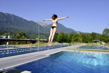 """<p class=""""title"""">               Walgaubad Nenzing             </p><p>Im Walgaubad gibt es Badespaß in sechs verschiedenen Becken inmitten idyllischer Alpenkulisse. www.walgaubad.com</p>"""