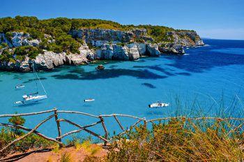 Verborgene Idylle: Einige der schönsten Buchten Menorcas sind nur zu Fuß zu erreichen. Fotos: Shutterstock/PawelKazmierczak