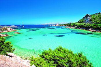 Auf der italienischen Mittelmeerinsel Sardinien gibt es unzählige Strände und winzige Badebuchten. Das türkisblaue und kristallklare Meer ist auch im Spätsommer noch angenehm warm und lädt zum Baden und Relaxen ein.