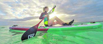 """<p class=""""caption"""">Auf ihrem SUP-Board erkundet Audrey die schönsten Buchten Australiens.</p>"""