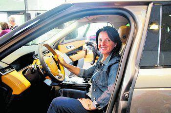 """<p class=""""caption"""">Bettina Kofler ist sichtlich begeistert vom neuen Velar im Autohaus Hörburger.</p>"""