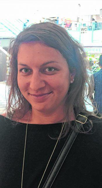 """<p>Carina, 32, Dornbirn: """"Ich würde niemals ohne Haargummis in den Urlaub fahren. Sobald es heiß ist, muss ich die Haare hoch stecken. Kontaktlinsen müssen auch dabei sein, denn ohne sehe ich nichts.""""</p>"""