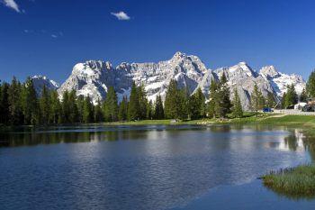 Charakteristisch für die atemberaubende Bergwelt der Dolomiten sind die steilen Riffe aus Kalkstein. Zwischen sanft gewellten Almwiesen erheben sich die Bergmassive im Südtirol. Fotos: handout/Weiss Reisen