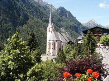 """<p class=""""caption"""">Die Kirche von Heiligenblut liegt am Großglockner unterhalb des Ortskerns.</p>"""