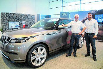 Geschäftsführer Dietmar Hörburger und Antonio R. Luongo mit dem neuen Range Rover Velar.