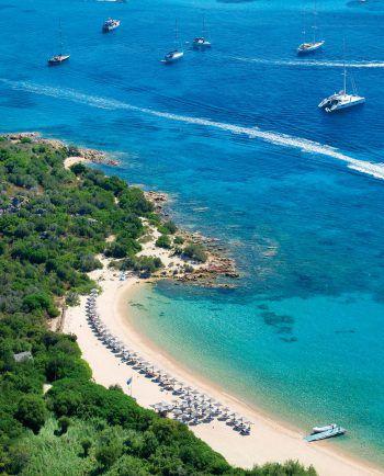 """<p class=""""caption"""">Lange Strände und kristallklares Wasser an der Costa Smeralda.</p>"""