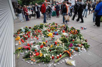 Nach der Messerattacke legten viele Menschen Blumen am Tatort nieder.Foto: AFP