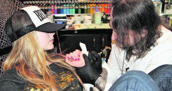 """<p class=""""caption"""">Superstars wie Avril Lavigne vertrauen auf die kunstfertigen Hände von Mario Barth.</p>"""