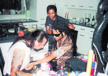 "<p class=""caption"">... und Lenny Kravitz. Fotos: Mario Barth Tattoo</p>"