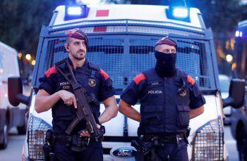 <p>Barcelona. Präsenz: Sicherheitskräfte vor der Rede von Kataloniens Ministerpräsident Carles Puigdemont gestern Abend (nach Red.-Schluss).</p>