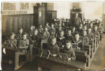 Ein Klassenfoto von Selinas Uroma Herta aus dem Jahre 1935 in der Schule in Dornbirn Oberdorf. Herta ist in der linken Ecke, ganz hinten, zu sehen.