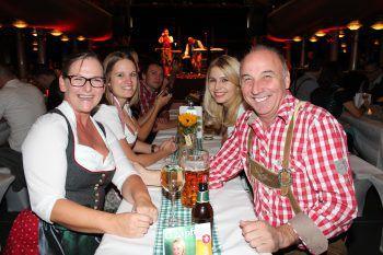 """<p class=""""caption"""">Gilbert und Herma Wohlwend feierten mit weiteren Gästen.</p>"""