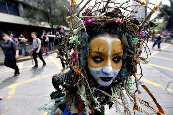 <p>Santiago de Chile. Indigen: Eine Demonstrantin setzt sich für die Rechte der Mapuche ein.</p>