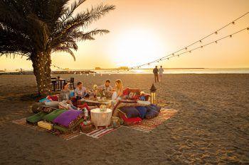 Die untergehende Sonne kann am Strand in herrlicher Atmosphäre genossen werden.