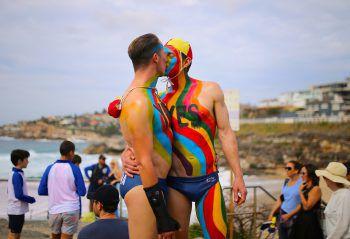 """<p>Sydney. """"Yes"""": Zwei Männer küssen sich und setzen ein Zeichen für ein """"Ja"""" in Australien zur Einführung der gleichgeschlechtlichen Ehe als 25. Staat der Welt.</p>"""
