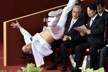 <p>Taipei. Hals über Kopf: Der taiwanesische Premier William Lai sieht eine Performance zum Nationalfeiertag.</p>