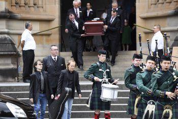 Angus Young trug zum letzten Geleit den Gitarrenkoffer seines Bruders. Foto: AFP