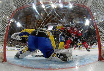 Die aufregenden Duelle beim Spengler Cup in Davos garantieren Action und Spannung bis zum Schluss. Fotos: handout/Herburger Reisen,swiss-image.ch