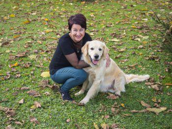"""Susanne zusammen mit ihrem Golden Retriever """"Happy"""" im Garten. Fotos: MiK"""