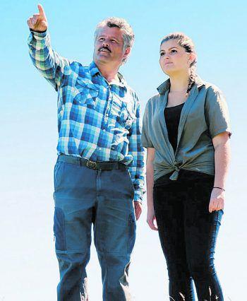 Friedrich Juen zeigt seiner Tochter Christina, wo man über das Joch stieg.