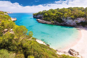 Auf der Trauminsel Mallorca laden sowohl lange weiße Sandstrände, als auch kleine versteckte Badebuchten zum Entspannen ein. Foto: handout/High Life Reisen