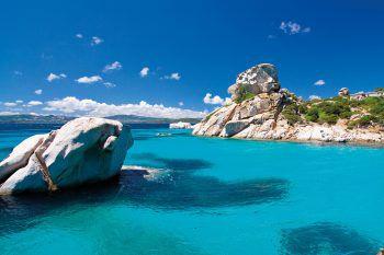 Türkisblaues Meerwasser umgibt die Insel.