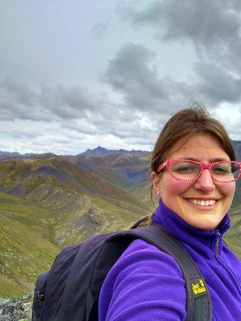 """<p class=""""caption"""">Daniela mit ihren Freunden Conor und Joanne bei einem Ausflug in die Berge.</p>"""