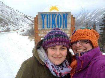 Die Schlinserin hat ihren Platz in Yukon gefunden – hier auf dem Bild mit Freundin Joanne.Fotos: handout/Daniela Burtscher