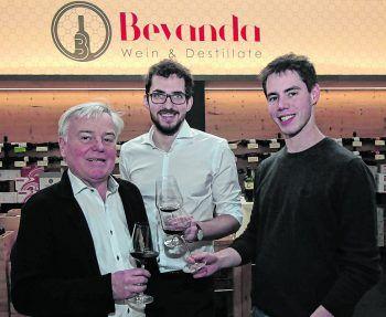 """<p class=""""caption"""">Helmut Gunz mit Winzer Johannes Pitnauer-Wolfram und Andi Kroiss.</p>"""