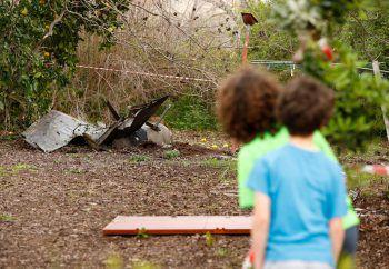 Kinder schauen auf die Teile der abgestürtzten F-16. Foto: APA
