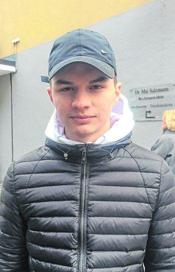 """<p>Marko, 16, Dornbirn: """"Manchmal bleibe ich beim Durchzappen bei der Wiederholung der Spiele hängen und schaue sie mir dann eine Weile an. Ich bin aber kein großer Fan davon. Fußball und Boxen interessiert mich im Sommer mehr.""""</p>"""