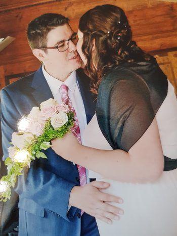 """<p class=""""title"""">               Michelle und Peter Hann             </p><p>""""Mein Mann Peter hatte in der Hochzeitsnacht sehr starken Heuschnupfen und musste deswegen ins Krankenhaus. Richtig genießen konnten wir unseren Tag deshalb nicht. Jetzt wäre es super, wenn wir am 3. März in Hohenems dabei sein könnten"""", so Michelle Hann.</p>"""