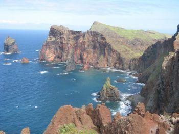 Schroffe Küsten und glasklares Wasser erwarten die Besucher auf Madeira.