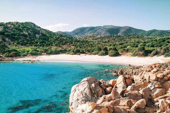 Türkisblaues Meerwasser und wunderbare Natur bietet die Traumdestination Sardinien.