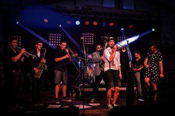 """""""Brassclub"""" und Philipp Lingg sorgen als Special Guest auf der Open-Air-Bühne in Rankweil für Top-Stimmung. Fotos: handout/ORF Vorarlberg; SAMS"""