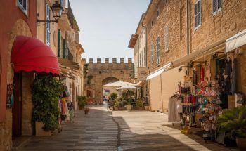 """<p class=""""caption"""">Die Altstadt von Alcúdia, im Norden der Insel, ist auf jeden Fall einen Besuch wert. </p>"""