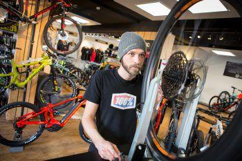 """<p class=""""caption"""">Jetzt schon an die kommende Bike-Saison denken: Das Team im Wallride Mountainbike Store in Rankweil berät alle Kunden beim Kauf eines neuen Rades.</p>"""