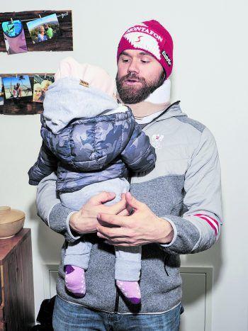 """<p class=""""caption"""">Inzwischen kann der Snowboarder seine Tochter auch wieder selbstständig tragen.</p>"""