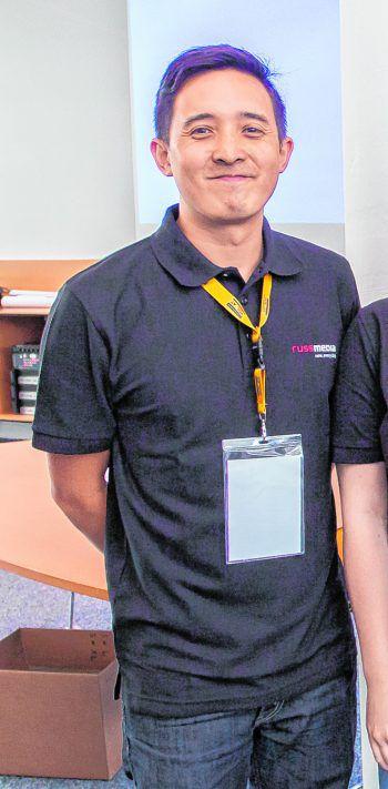 """Phuc Le, 34, Tutor: """"Das 'Code Base-Sommercamp' bietet die Möglichkeit, in die Programmierwelt reinzuschnuppern. Im Modul 1 geht es um Webdesign, bei dem man neben HTML/CSS auch etwas über Gestaltung lernt. Hier kann man in kürzester Zeit viel Neues lernen und neue Freundschaften knüpfen."""""""