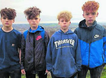 """Vier britische Jugendliche mit dem typischen """"Meet-me-at-McDonald's-Cut"""". Fotos: Twitter"""