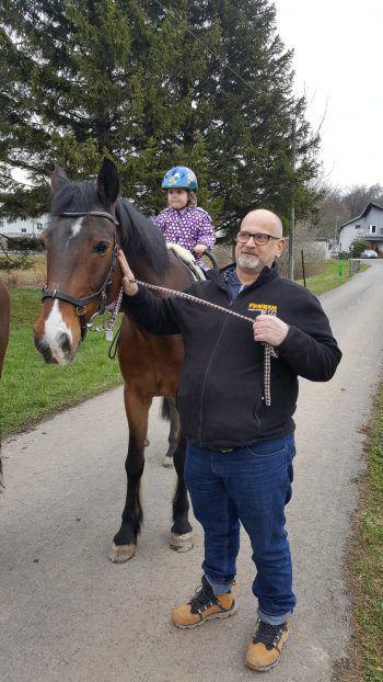 """<p class=""""caption"""">Alissa (2) mit ihrem """"Götti"""" und Pferd """"Buzli"""" beim Frühlingsspaziergang.</p>"""