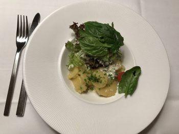 """<p class=""""caption"""">Als Vorspeise ein gemischter Salat – mit Kartoffelsalat. Fotos: W&W/Purin</p>"""