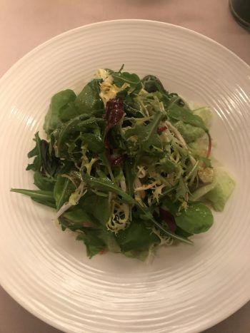 """<p class=""""caption"""">Als Vorspeise ein """"kleiner"""" gemischter Salat – wobei """"klein"""" nicht auf die Menge zutrifft, die man dafür bekommt!</p>"""