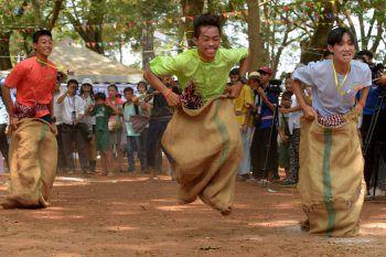 <p>Angkor Wat. Ehrgeizig: Jugendliche beim traditionellen Sackhüpfen zum Neujahrsfest vor dem großen Tempel.</p>
